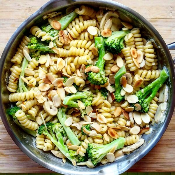 Pasta with mushrooms, broccoli & almonds