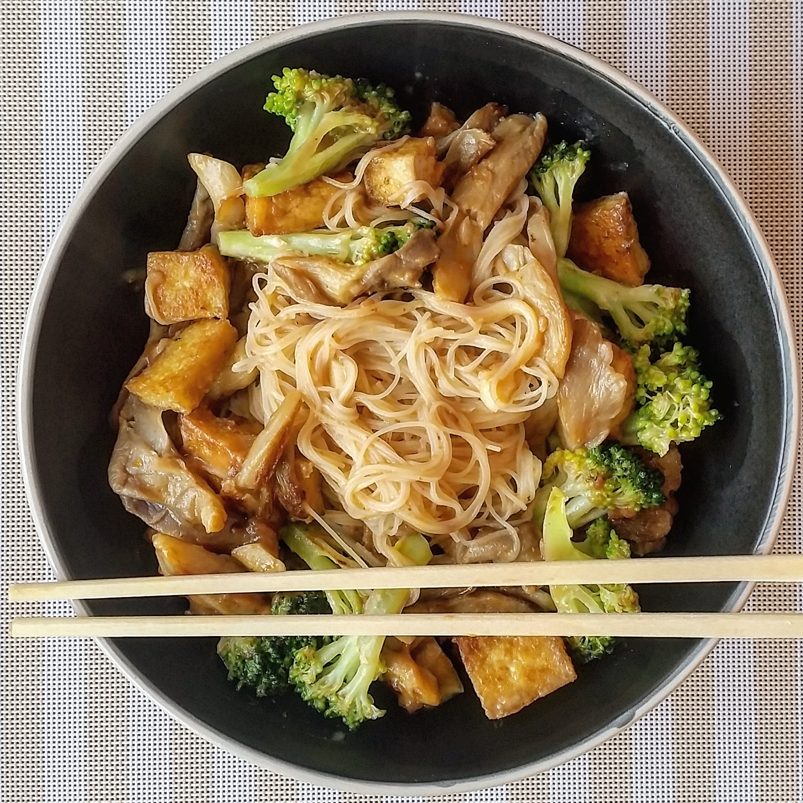 Satay rice noodles with rice , tofu and oyster mushrooms