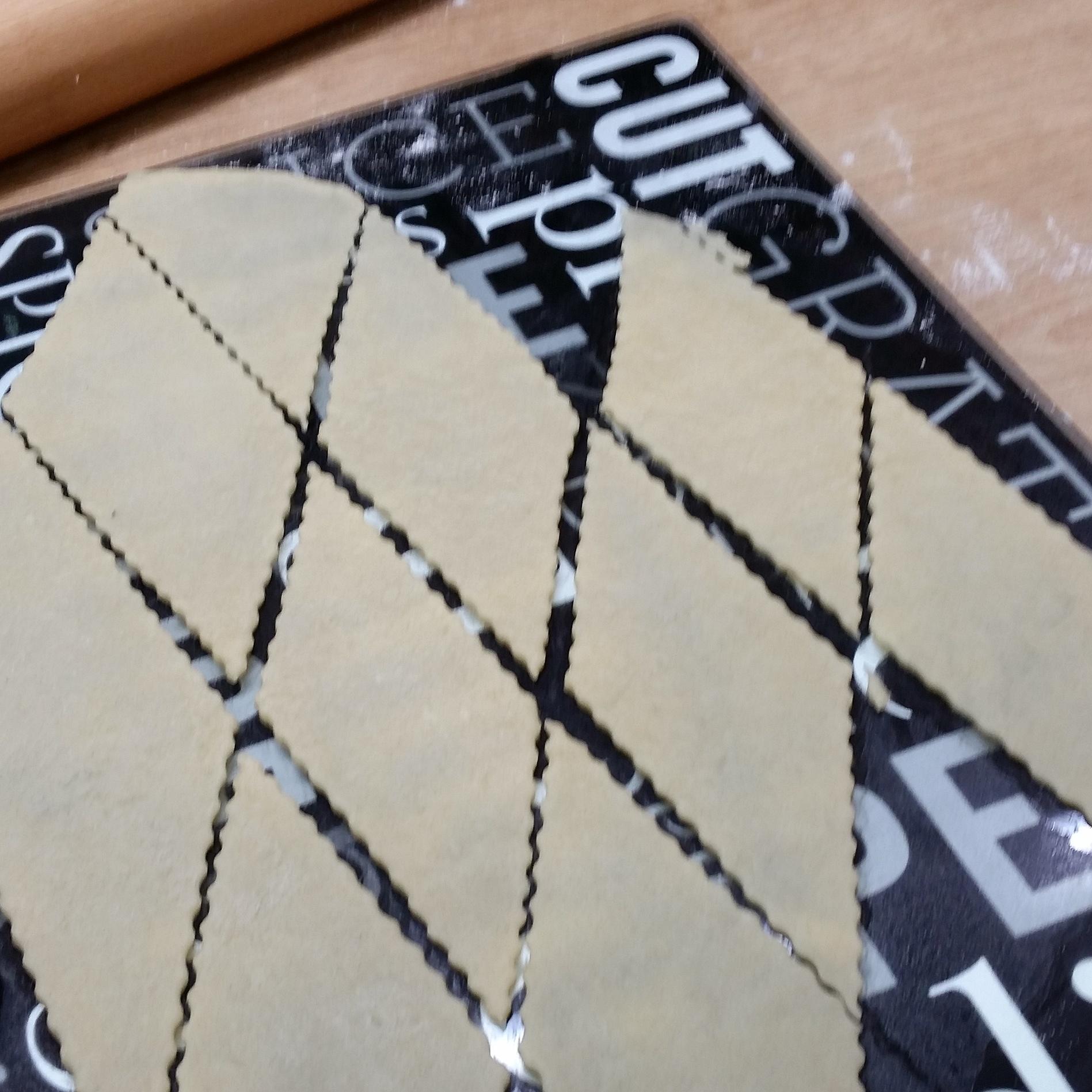 Borrachuelos being cut into diamond shapes