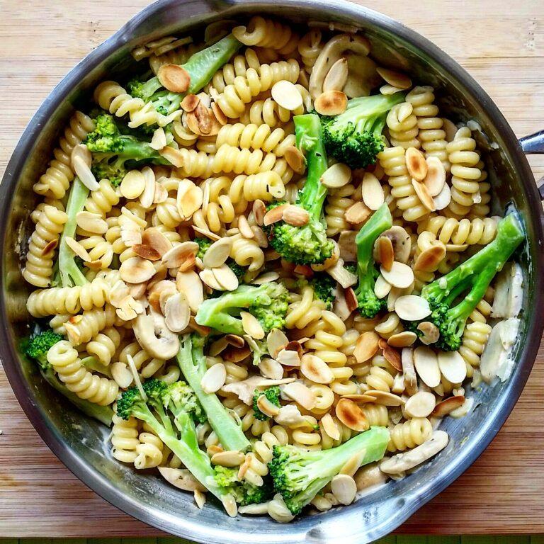 Pasta with mushrooms, broccoli & almonds