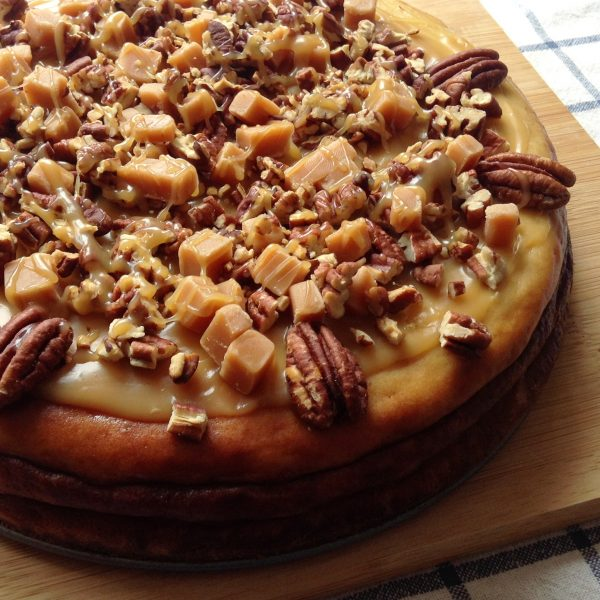 Baked cheesecake with toffee & pecan nuts